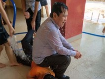 Bị học sinh kéo lê dưới sàn, tạt nước đầy người trong lễ bế giảng, thầy hiệu trưởng nói một câu khiến ai cũng nể