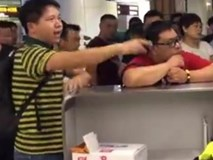 Hành khách bắt nhân viên sân bay quỳ xin lỗi vì bị delay