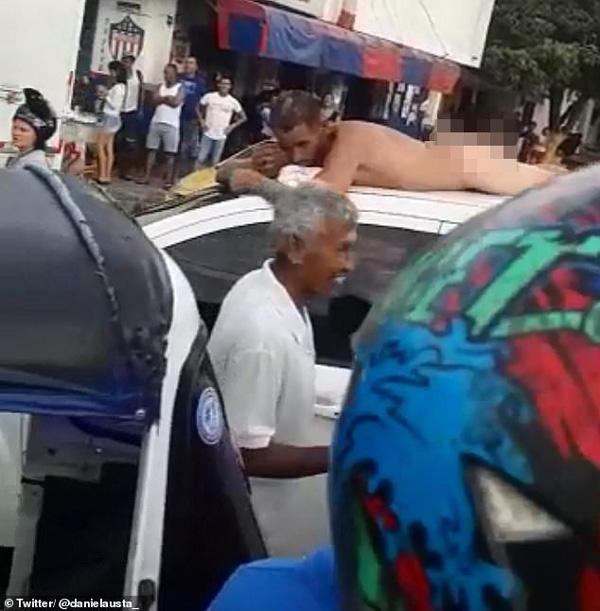 Vợ trả thù chồng vì tội ngoại tình, bắt nằm khỏa thân trên nóc ô tô đi diễu phố-1