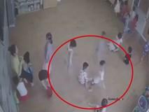 Mải mặc đồ cho học sinh, cô giáo mầm non bỏ qua cảnh