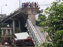 Sập cầu ở Đồng Tháp, xe tải chở nhiều người rơi xuống sông