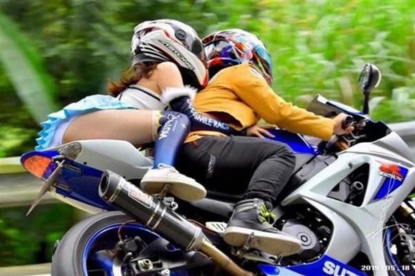 Mặc váy siêu ngắn ngồi moto, cô gái lộ nội y khiến dân tình choáng váng-1
