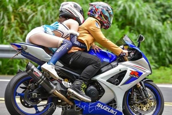 Mặc váy siêu ngắn ngồi moto, cô gái lộ nội y khiến dân tình choáng váng-2