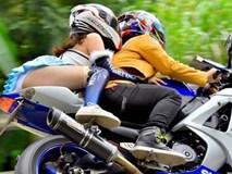 Mặc váy siêu ngắn ngồi moto, cô gái lộ nội y khiến dân tình choáng váng
