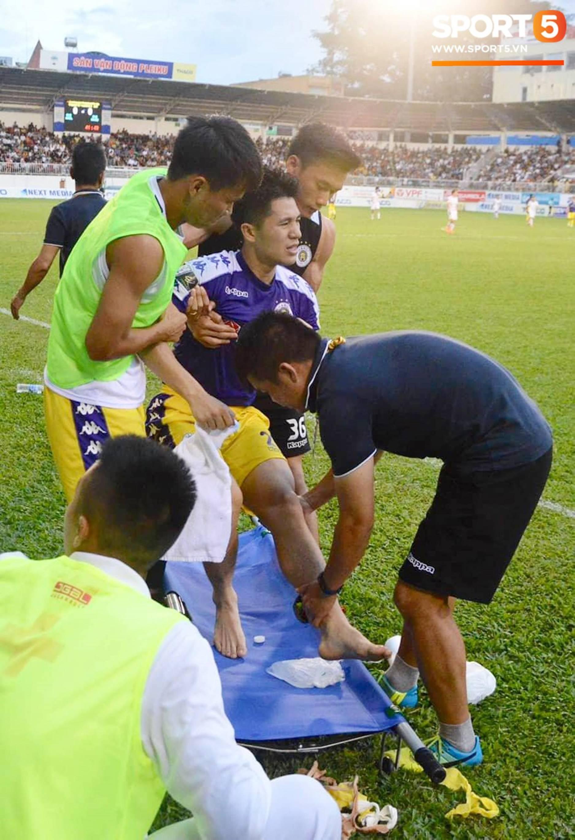 Đình Trọng bật khóc vì chấn thương, báo tin dữ cho thầy Park trước ngày hội quân dự Kings Cup-1