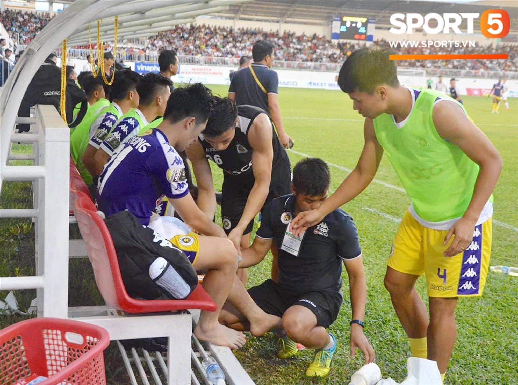Đình Trọng bật khóc vì chấn thương, báo tin dữ cho thầy Park trước ngày hội quân dự Kings Cup-3
