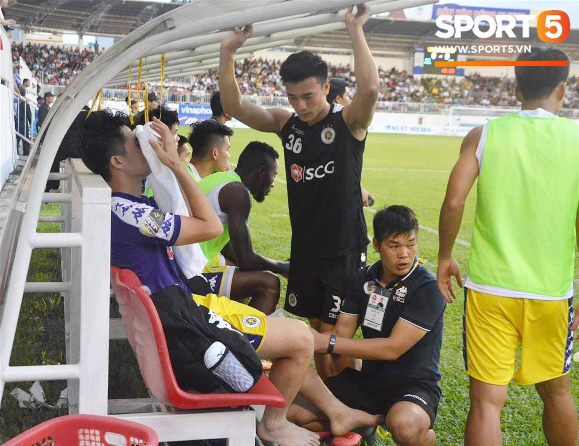 Đình Trọng bật khóc vì chấn thương, báo tin dữ cho thầy Park trước ngày hội quân dự Kings Cup-4