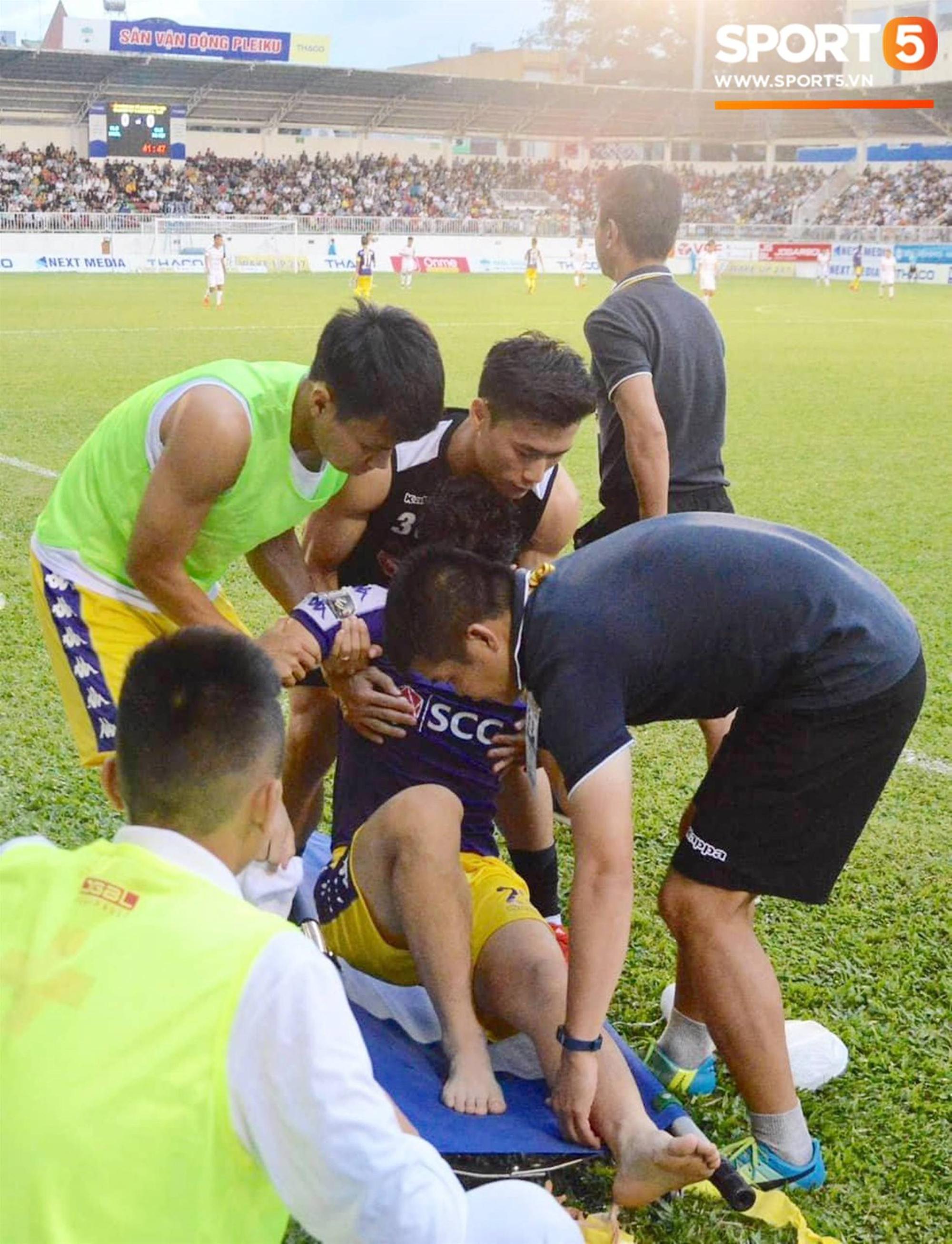 Đình Trọng bật khóc vì chấn thương, báo tin dữ cho thầy Park trước ngày hội quân dự Kings Cup-5