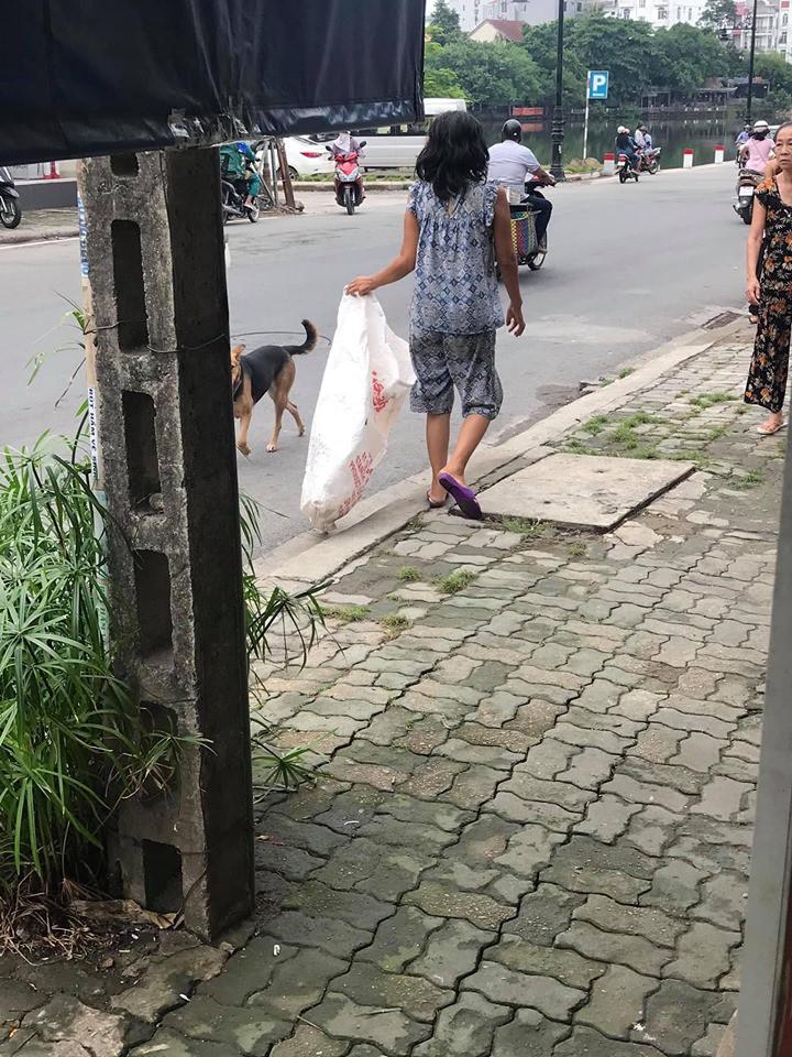 Đều đặn 8 giờ sáng ra đường lượm rác, câu chuyện của một bà điên khiến nhiều người tỉnh cũng phải xấu hổ-1