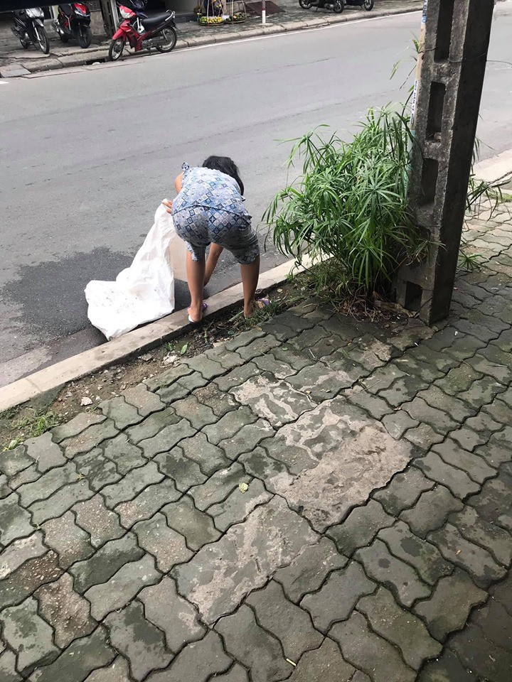 Đều đặn 8 giờ sáng ra đường lượm rác, câu chuyện của một bà điên khiến nhiều người tỉnh cũng phải xấu hổ-2
