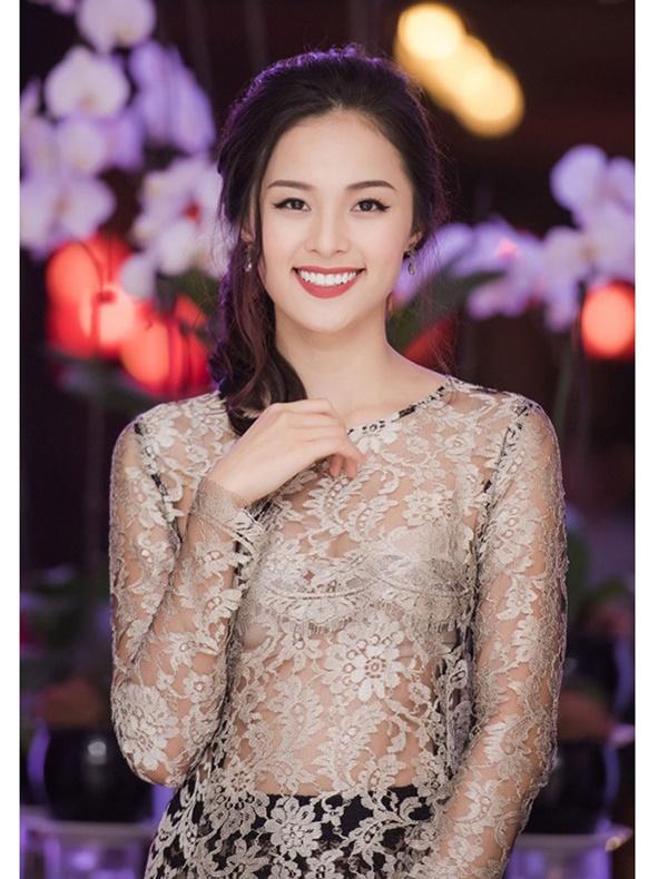 Mặc áo dài lộ nội y: Tăng Thanh Hà, Trần Tiểu Vy gây tranh cãi nhất?-6