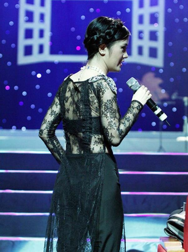 Mặc áo dài lộ nội y: Tăng Thanh Hà, Trần Tiểu Vy gây tranh cãi nhất?-14