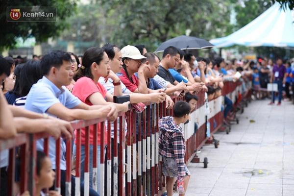 Nóng: Vỡ trận trước cổng trường ĐH Ngoại Ngữ, hàng nghìn phụ huynh chen chúc gọi Con ơi, mẹ đây, bố đây gây náo loạn-3
