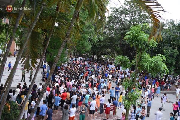 Nóng: Vỡ trận trước cổng trường ĐH Ngoại Ngữ, hàng nghìn phụ huynh chen chúc gọi Con ơi, mẹ đây, bố đây gây náo loạn-4