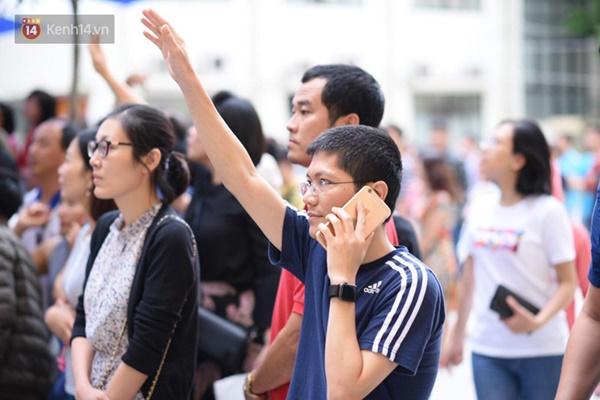 Nóng: Vỡ trận trước cổng trường ĐH Ngoại Ngữ, hàng nghìn phụ huynh chen chúc gọi Con ơi, mẹ đây, bố đây gây náo loạn-5