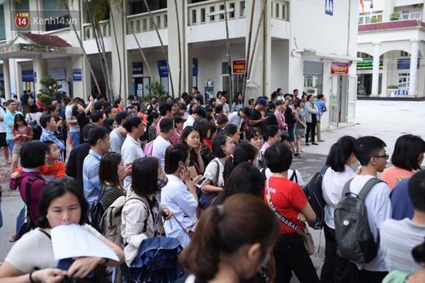 Nóng: Vỡ trận trước cổng trường ĐH Ngoại Ngữ, hàng nghìn phụ huynh chen chúc gọi Con ơi, mẹ đây, bố đây gây náo loạn-6