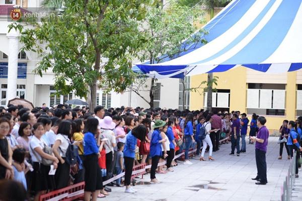 Nóng: Vỡ trận trước cổng trường ĐH Ngoại Ngữ, hàng nghìn phụ huynh chen chúc gọi Con ơi, mẹ đây, bố đây gây náo loạn-7
