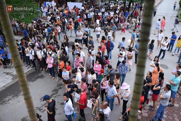 Nóng: Vỡ trận trước cổng trường ĐH Ngoại Ngữ, hàng nghìn phụ huynh chen chúc gọi Con ơi, mẹ đây, bố đây gây náo loạn-8