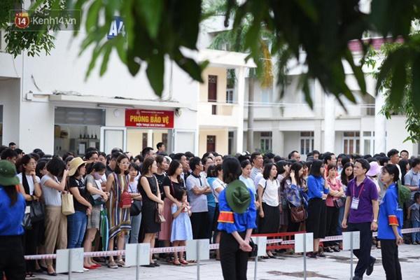 Nóng: Vỡ trận trước cổng trường ĐH Ngoại Ngữ, hàng nghìn phụ huynh chen chúc gọi Con ơi, mẹ đây, bố đây gây náo loạn-9