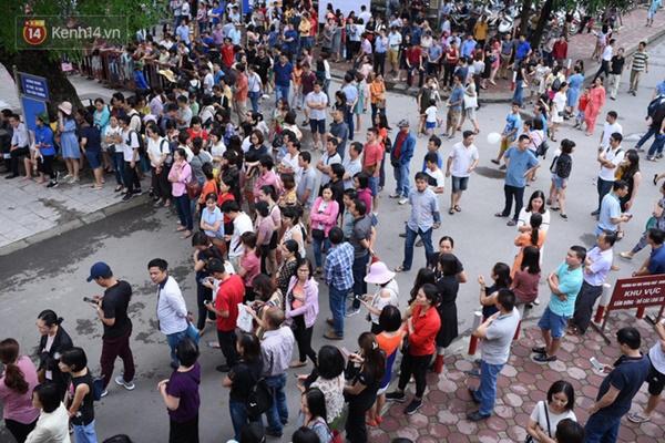 Nóng: Vỡ trận trước cổng trường ĐH Ngoại Ngữ, hàng nghìn phụ huynh chen chúc gọi Con ơi, mẹ đây, bố đây gây náo loạn-10
