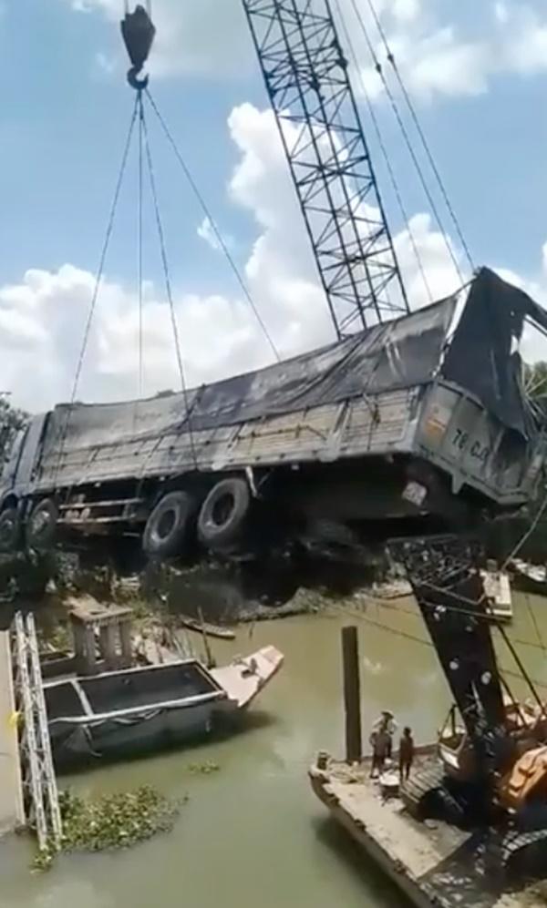 Cần cẩu bị gãy đôi, đổ sập khi đang trục vớt xe tải bị rơi xuống sông trong vụ sập cầu ở Đồng Tháp-1
