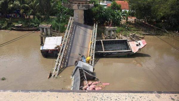 Cần cẩu bị gãy đôi, đổ sập khi đang trục vớt xe tải bị rơi xuống sông trong vụ sập cầu ở Đồng Tháp-2