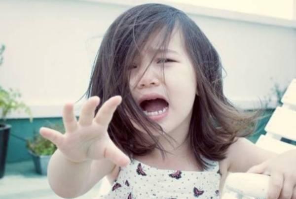 Mẹ ngoại tình, con gái nhỏ khóc nghẹn ngoài sân-1
