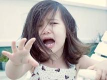 Mẹ ngoại tình, con gái nhỏ khóc nghẹn ngoài sân