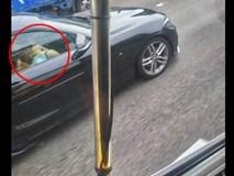 Người đi xe buýt đăng ảnh khen ô tô bên cạnh đẹp nhưng dân mạng chỉ chú ý đến cặp đôi vô tư