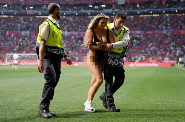 Nữ CĐV gây náo loạn chung kết Champions League-2
