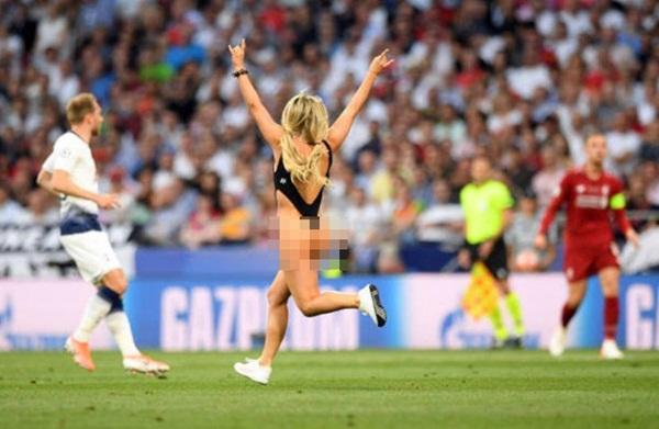 Nữ CĐV gây náo loạn chung kết Champions League-3