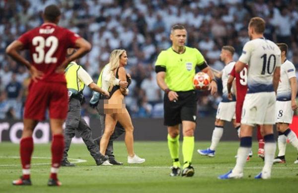 Nữ CĐV gây náo loạn chung kết Champions League-5