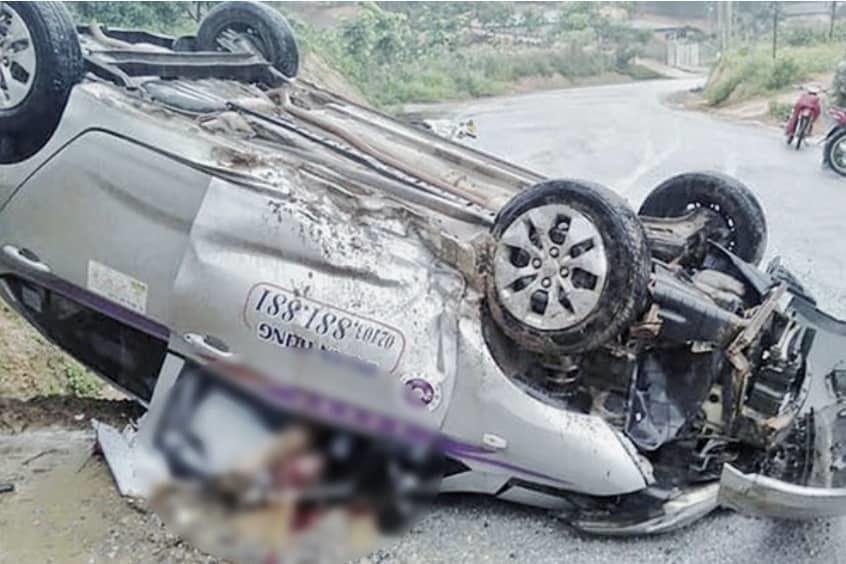 Taxi lật ngửa ở Phú Thọ, tài xế chết trong cabin bẹp rúm-1