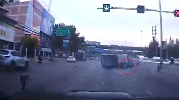 Thót tim cảnh tượng bé sơ sinh văng ra đường khi xe ô tô của bố gặp nạn, đây là lý do vì sao bạn nhất định phải thắt dây an toàn cho trẻ-2