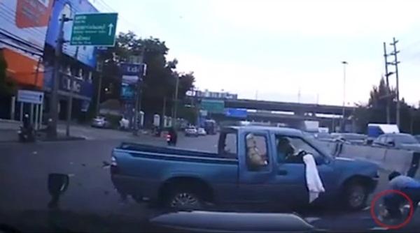 Thót tim cảnh tượng bé sơ sinh văng ra đường khi xe ô tô của bố gặp nạn, đây là lý do vì sao bạn nhất định phải thắt dây an toàn cho trẻ-3