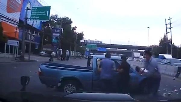 Thót tim cảnh tượng bé sơ sinh văng ra đường khi xe ô tô của bố gặp nạn, đây là lý do vì sao bạn nhất định phải thắt dây an toàn cho trẻ-4
