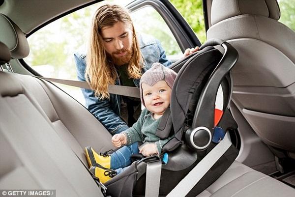 Thót tim cảnh tượng bé sơ sinh văng ra đường khi xe ô tô của bố gặp nạn, đây là lý do vì sao bạn nhất định phải thắt dây an toàn cho trẻ-5