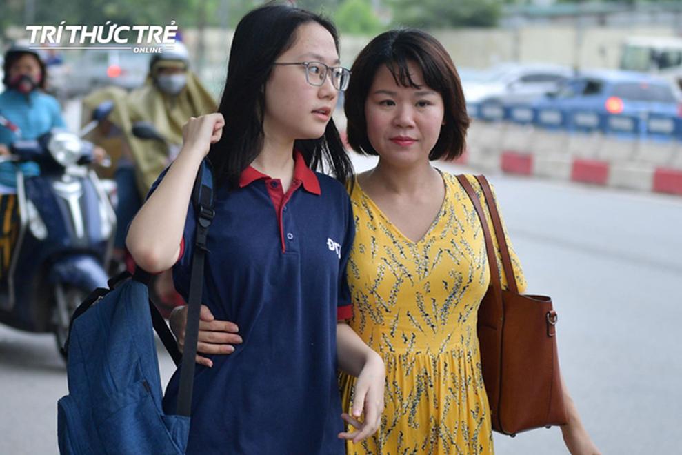 Những cái ôm ấm áp của phụ huynh Hà Nội dành cho con em trước khi vào kỳ thi tuyển lớp 10-1