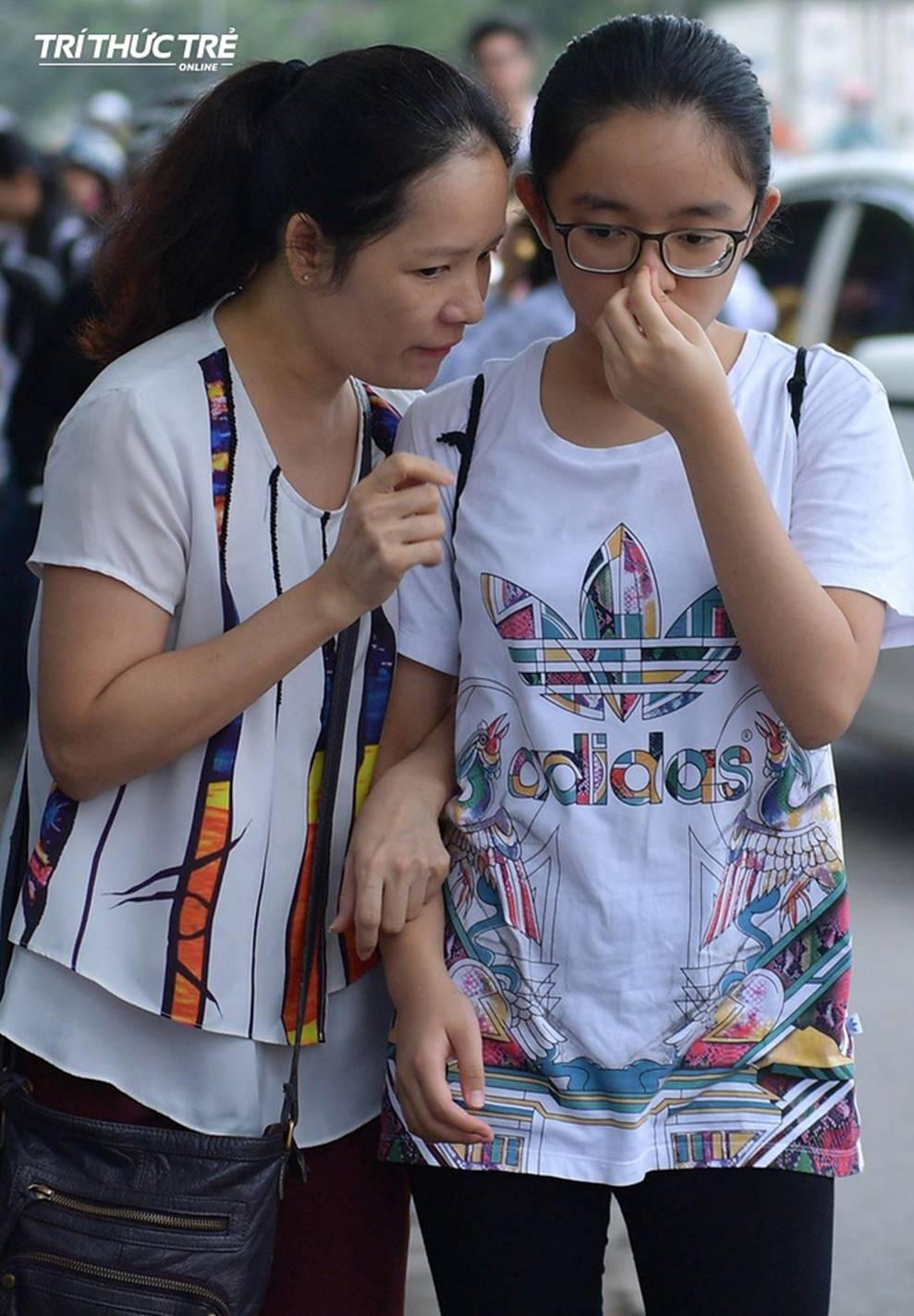 Những cái ôm ấm áp của phụ huynh Hà Nội dành cho con em trước khi vào kỳ thi tuyển lớp 10-3