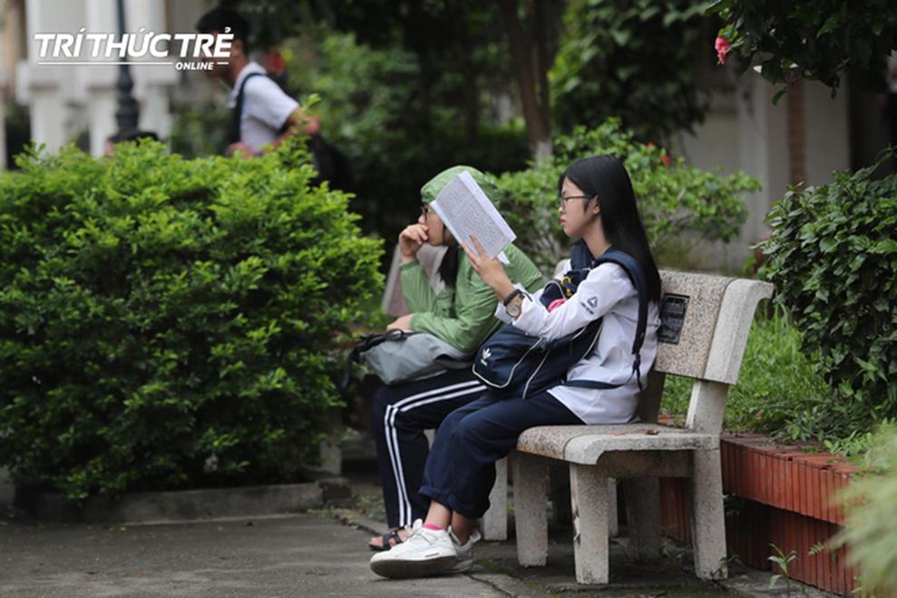 Những cái ôm ấm áp của phụ huynh Hà Nội dành cho con em trước khi vào kỳ thi tuyển lớp 10-11