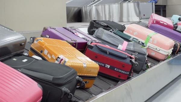 Làm thủ tục cân hành lý trước khi lên máy bay, nam thanh niên phải trả giá đắt cho trò đùa ngớ ngẩn của mình-1