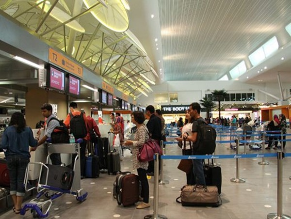 Làm thủ tục cân hành lý trước khi lên máy bay, nam thanh niên phải trả giá đắt cho trò đùa ngớ ngẩn của mình-2
