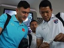 Tuyển thủ Việt Nam tươi cười khi đụng độ Thái Lan ở sân bay