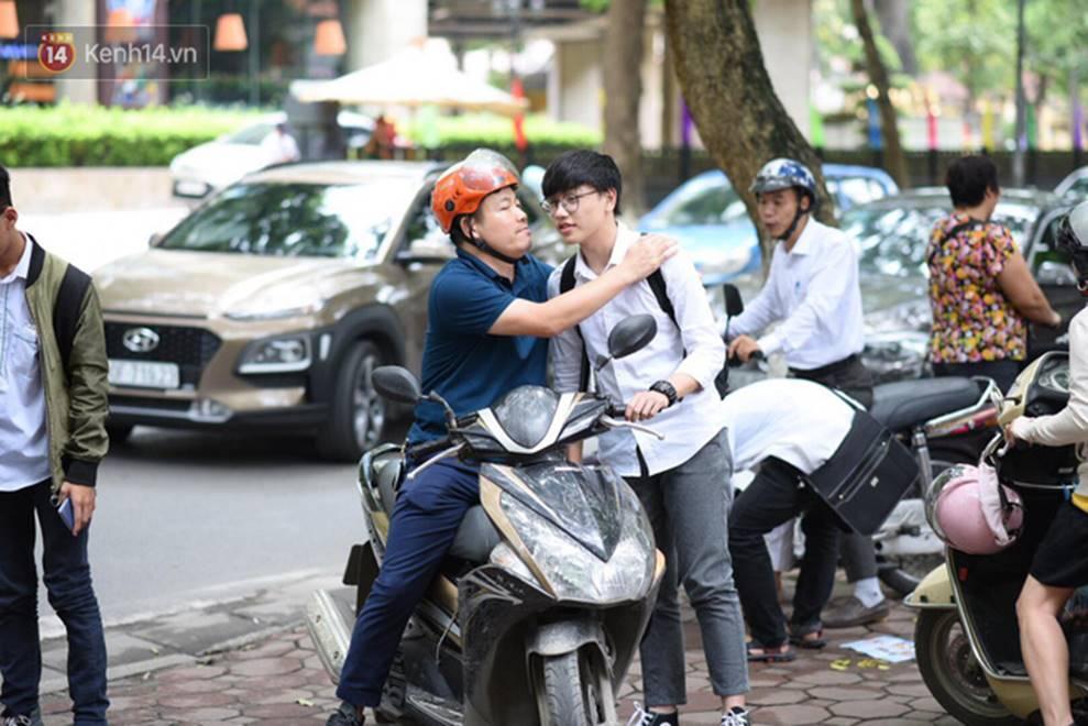 Nhiều thí sinh tại Hà Nội bị đình chỉ thi vì mang điện thoại, tài liệu vào phòng; gần 500 em bỏ thi môn Ngữ Văn-1