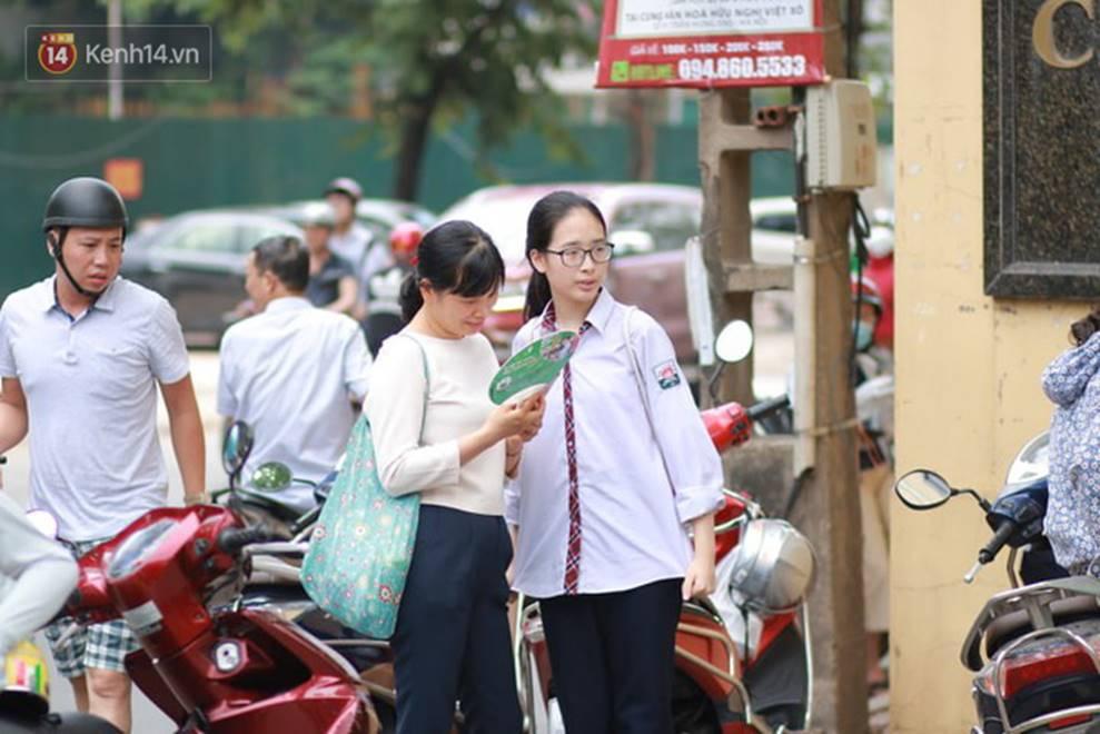 Nhiều thí sinh tại Hà Nội bị đình chỉ thi vì mang điện thoại, tài liệu vào phòng; gần 500 em bỏ thi môn Ngữ Văn-2