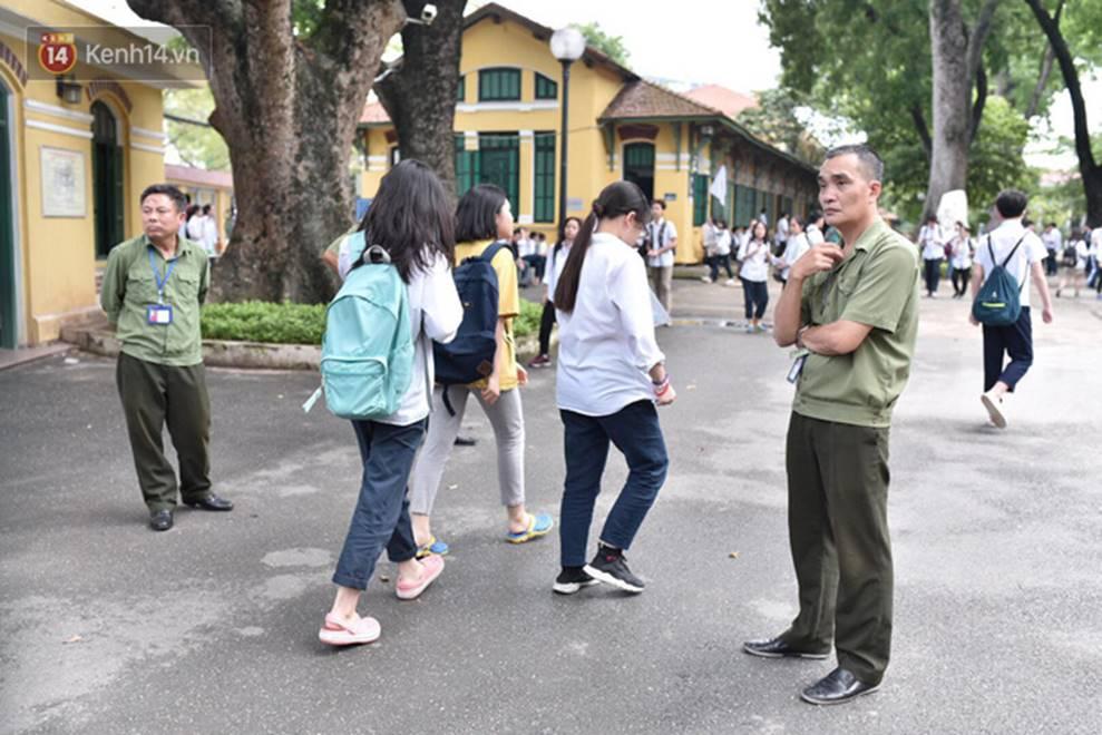 Nhiều thí sinh tại Hà Nội bị đình chỉ thi vì mang điện thoại, tài liệu vào phòng; gần 500 em bỏ thi môn Ngữ Văn-3