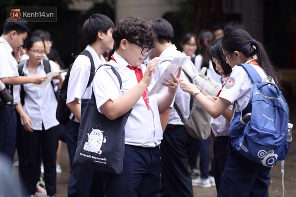 Đề thi Tiếng Anh lớp 10 tại TP HCM khó, nhiều thí sinh buồn bã vì không làm được bài, sợ điểm liệt-4