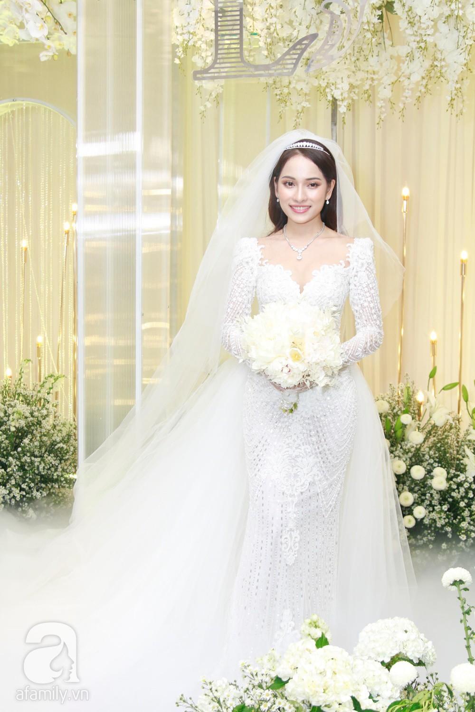Tiệc cưới chính thức bắt đầu, cô dâu Sara Lưu âu yếm lau nhẹ vết son của mình trên môi chú rể Dương Khắc Linh-21