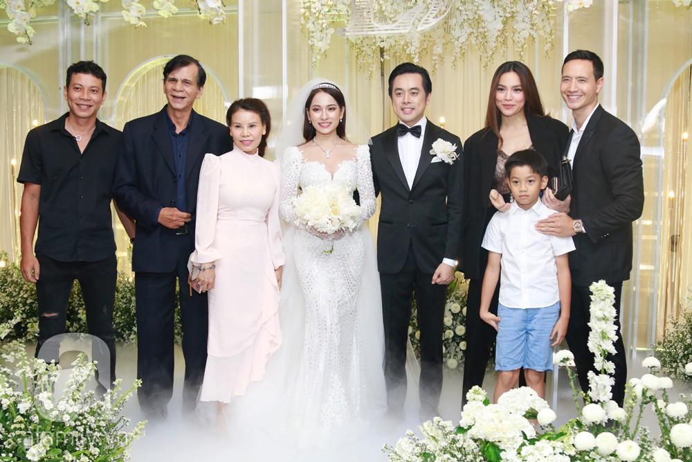 Tiệc cưới chính thức bắt đầu, cô dâu Sara Lưu âu yếm lau nhẹ vết son của mình trên môi chú rể Dương Khắc Linh-23