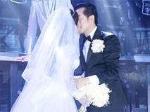 Tiệc cưới chính thức bắt đầu, cô dâu Sara Lưu âu yếm lau nhẹ vết son của mình trên môi chú rể Dương Khắc Linh